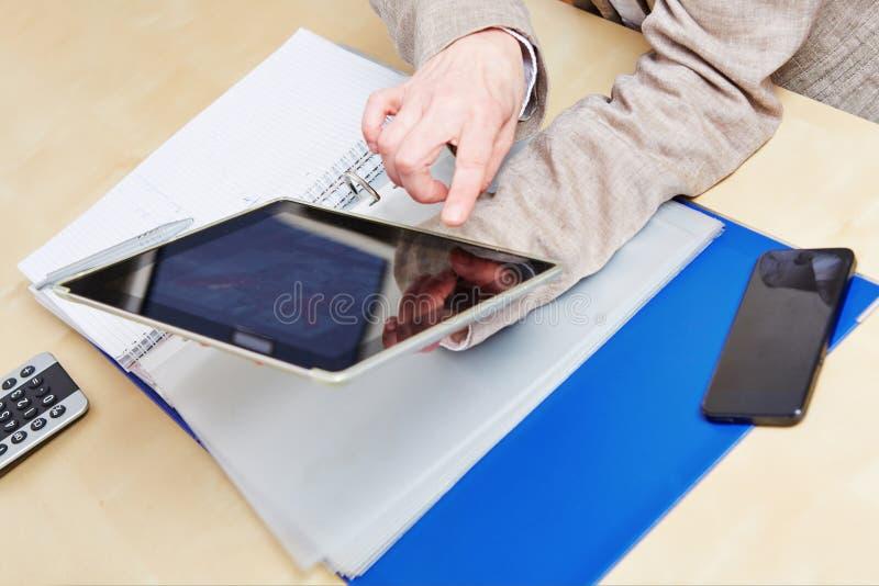 Download Vinger Op Touchscreen Van TabletPC Stock Foto - Afbeelding bestaande uit screen, persoon: 29507674