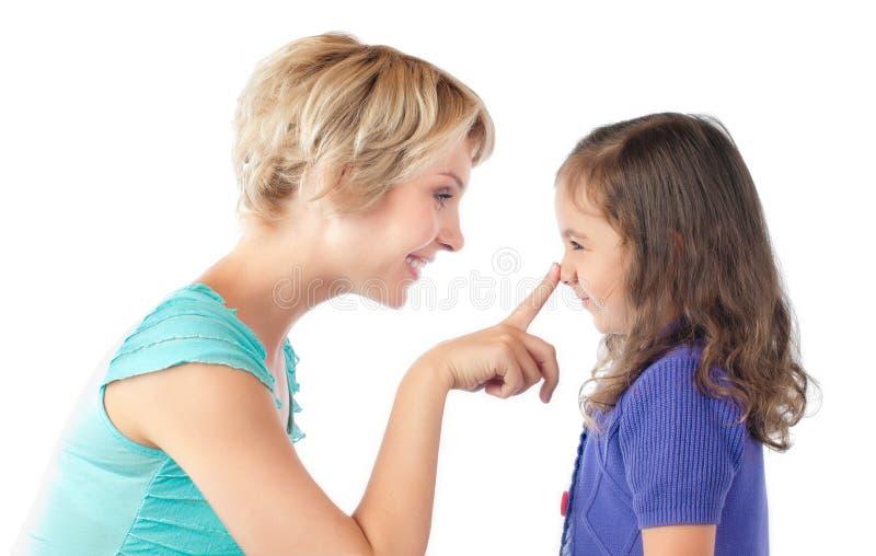 Vinger van moeder op neus van dochter royalty-vrije stock afbeeldingen