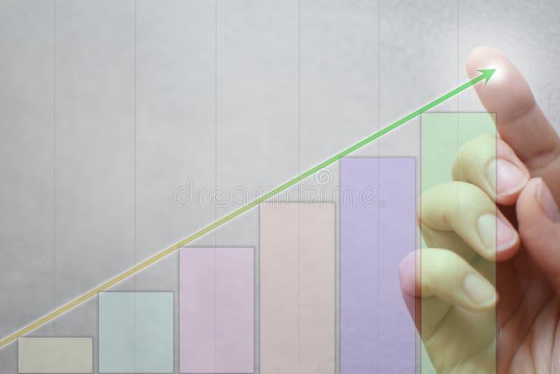 Vinger wat betreft groene pijl op grafiek royalty-vrije stock fotografie