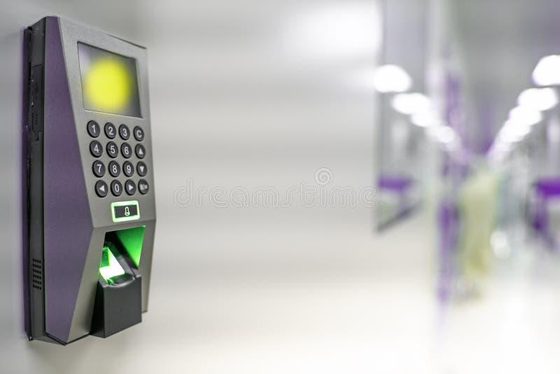 Vingerafdrukscanner om werktijd te registreren Apparatenveiligheid en wachtwoordcontrole door vingerafdrukken om veiligheidssyste stock fotografie