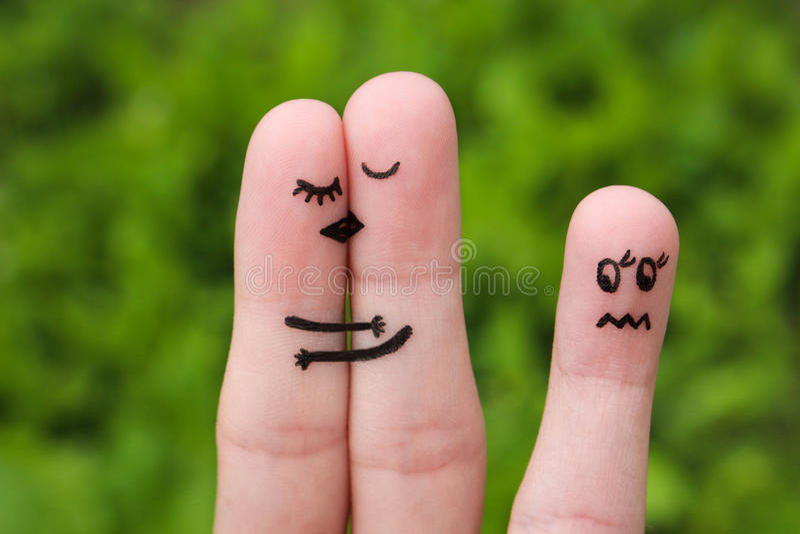 Vingerkunst van een Gelukkig paar Het gelukkige en paar die kussen koesteren het meisje is jaloers en boos stock foto's