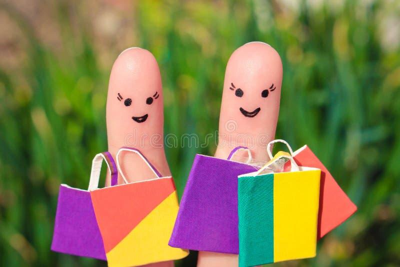 Vingerkunst van Gelukkige vrienden met het winkelen zakken stock fotografie