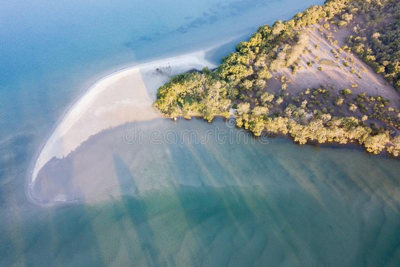 Vingernagel gevormd strand op Pelikaaneiland stock foto