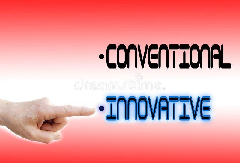 Vingerpunten aan Innovatief in plaats van Conventioneel stock afbeelding