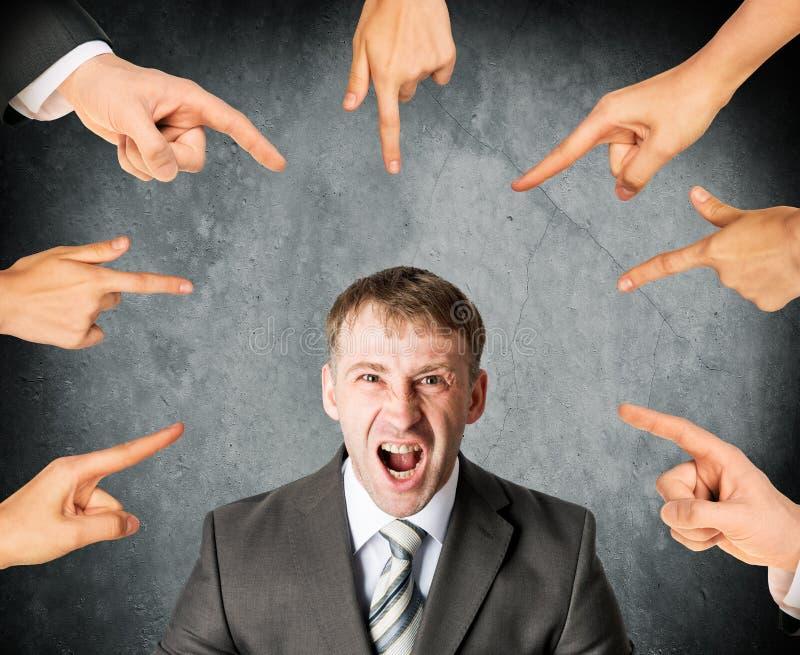Vingers die op gillende beklemtoonde zakenman richten stock afbeelding