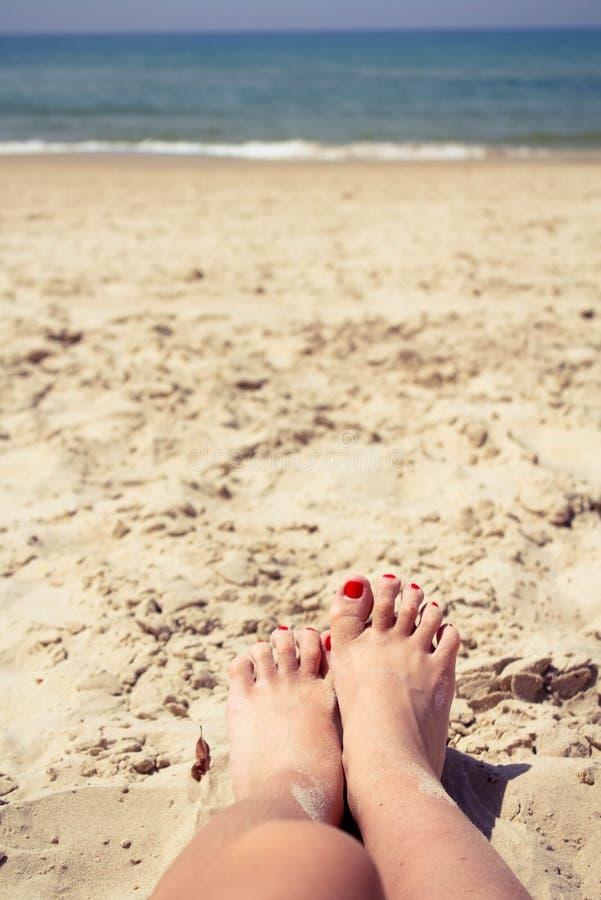Vingers op het zand stock fotografie