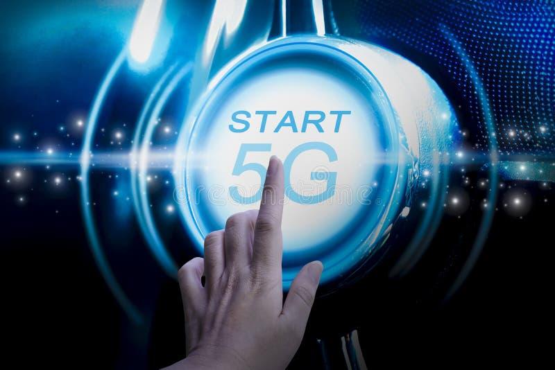 Vingers tikken op een 5 G-modem met drukknop, met heldere lijnen en blauwe gloed en een futuristisch signaal met het concept inte stock fotografie