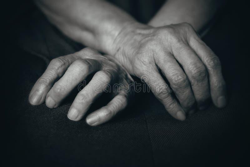 Vingers van de oude man handen stock afbeelding