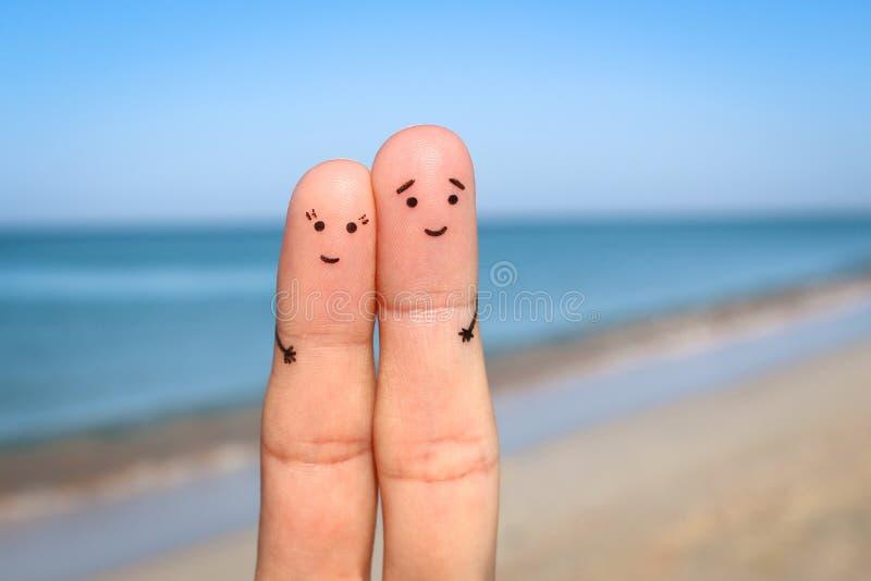 Vingerskunst van Gelukkig paar De man en de vrouw hebben rust op strandse stock afbeelding