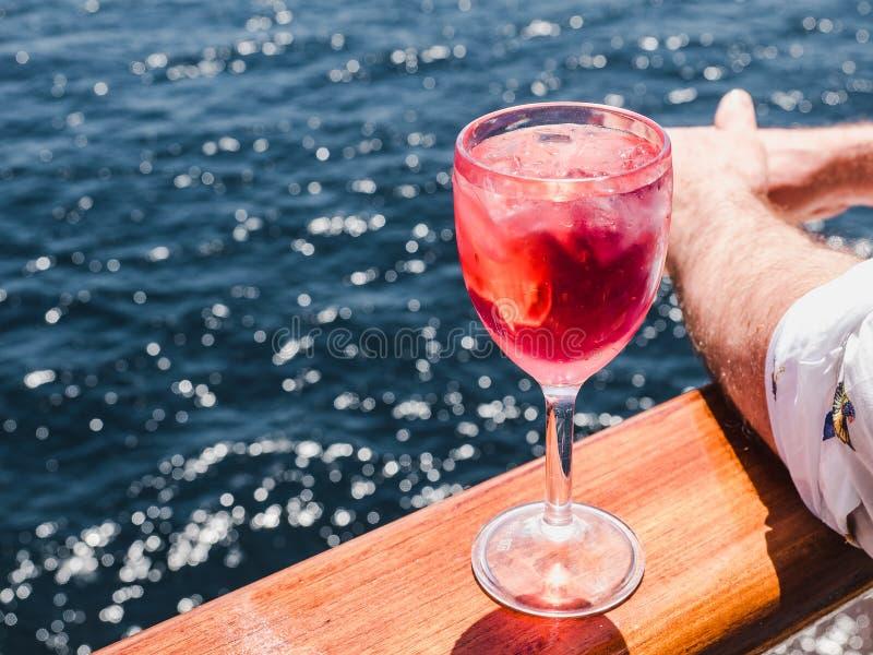 Vinglas med en rosa coctail och iskuber royaltyfri bild