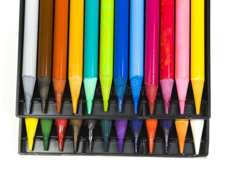 Vingt-quatre crayons de couleur se ferment vers le haut photo libre de droits
