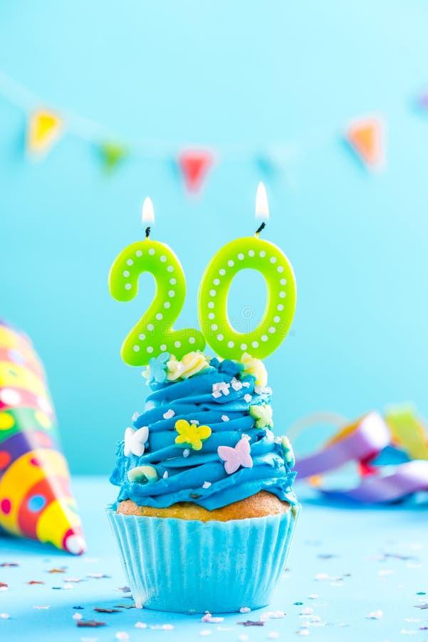 Vingtième 20ème petit gâteau d'anniversaire avec la bougie Maquette de carte photo libre de droits