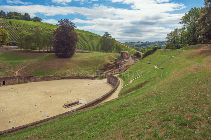 Vinhedos que alcançam até o anfiteatro romano fotografia de stock royalty free