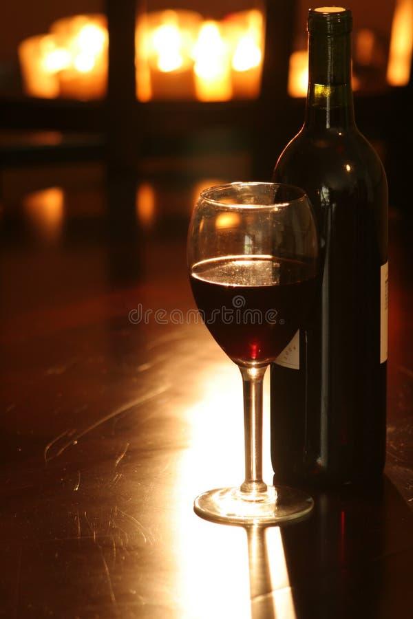Vinho & frasco com velas fotos de stock royalty free