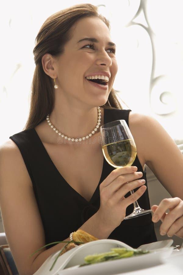 Vinho bebendo da mulher. imagens de stock royalty free