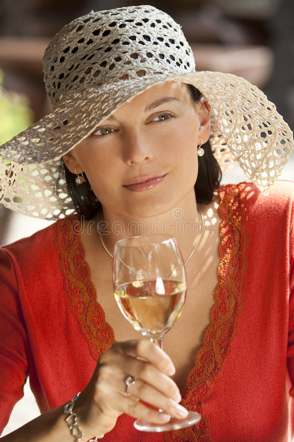 Vinho bebendo da mulher bonita foto de stock royalty free