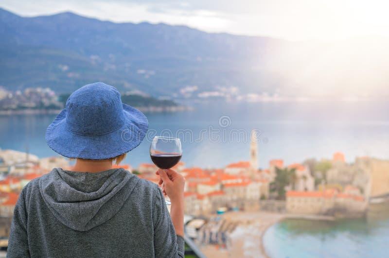 Vinho bebendo em Budva imagens de stock royalty free
