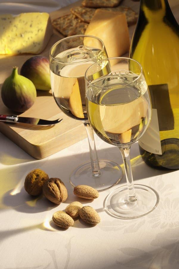 Vinho branco com queijo e figos imagens de stock royalty free