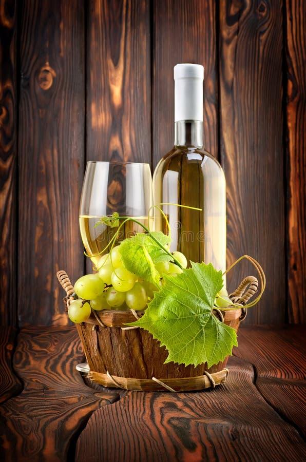 Vinho branco com uvas imagens de stock