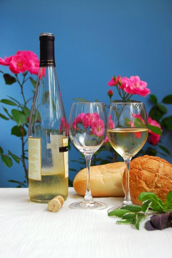 Vinho branco com vidros fotografia de stock