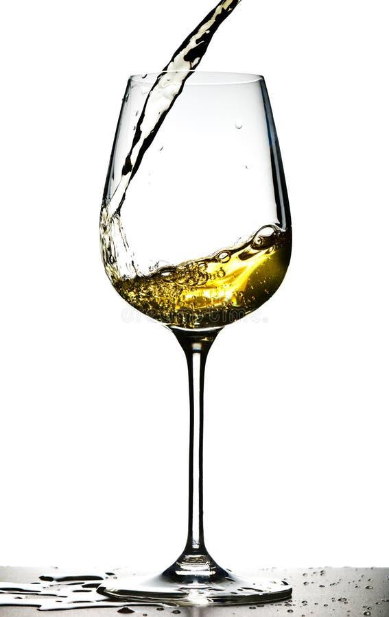 Vinho branco de derramamento imagens de stock