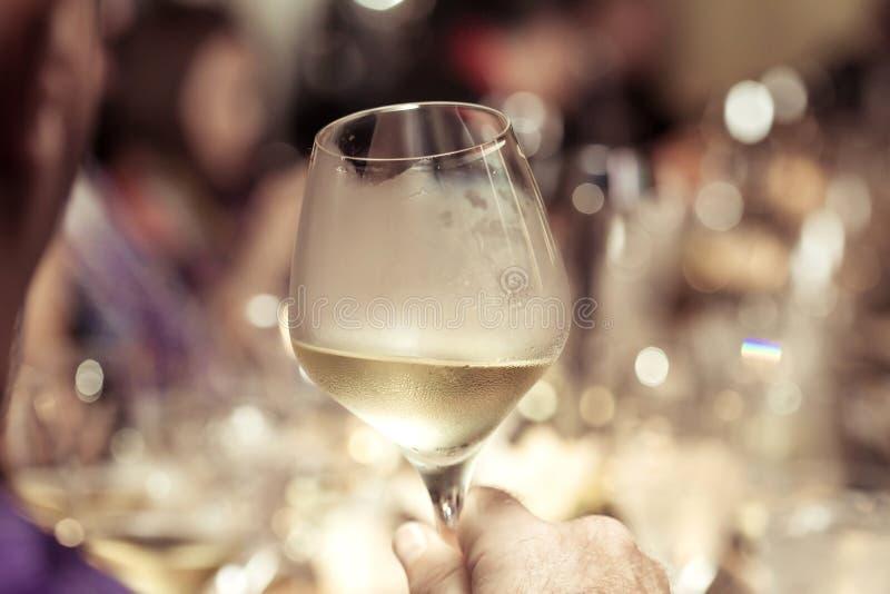 Vinho branco disponível com o jantar no restaurante fotografia de stock royalty free