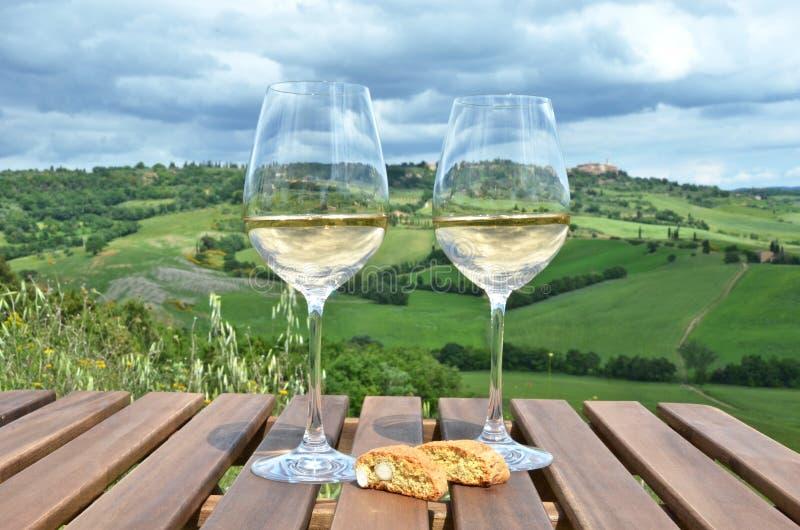 Vinho branco e cantuccini fotografia de stock royalty free