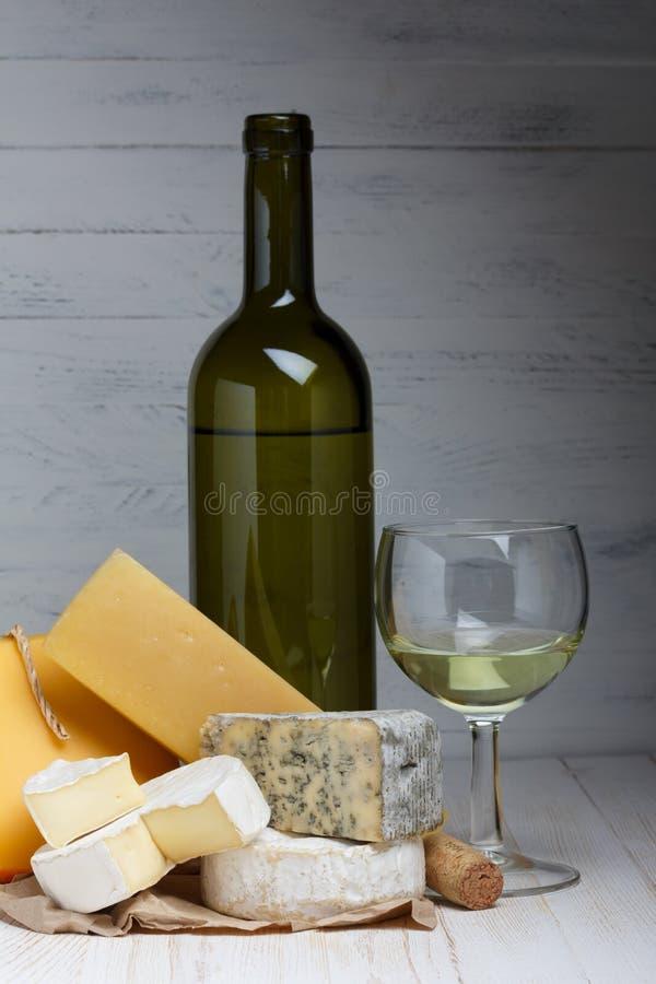 Vinho branco e queijo foto de stock