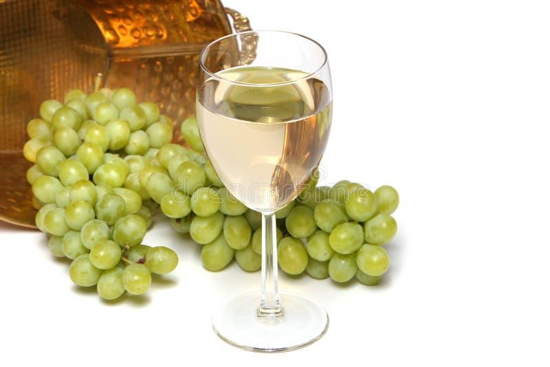 Vinho branco e uvas imagens de stock