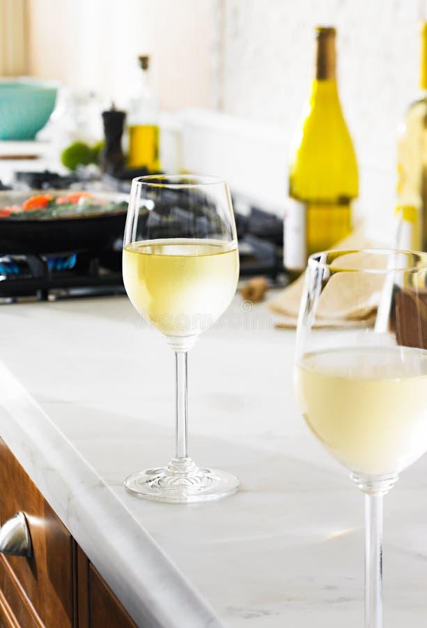 Vinho branco em um dia de verão na cozinha fotografia de stock royalty free
