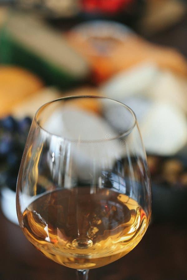 Vinho branco em um vidro foto de stock