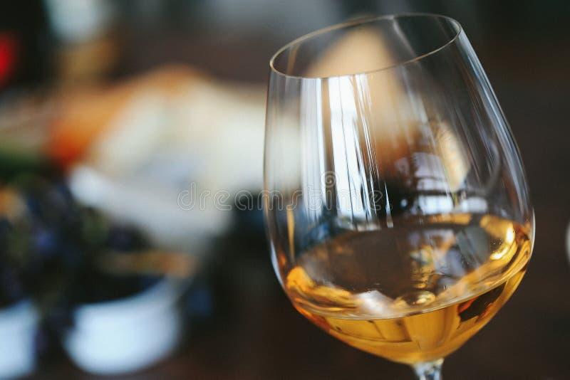 Vinho branco em um vidro imagens de stock