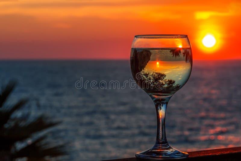 Vinho branco no fundo do mar do por do sol imagens de stock royalty free