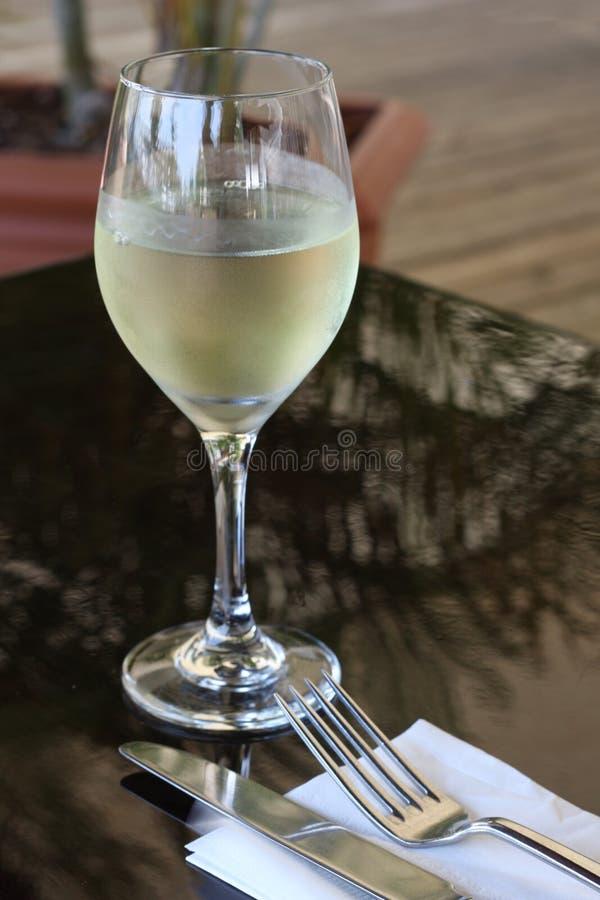 Vinho branco no restaurante imagens de stock royalty free