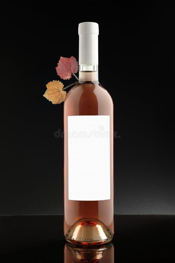 Vinho cor-de-rosa de garrafa de vinho com etiqueta branca imagem de stock royalty free