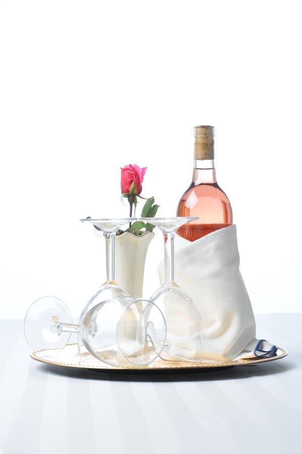 Vinho cor-de-rosa na bandeja com vidros e Rosa imagens de stock