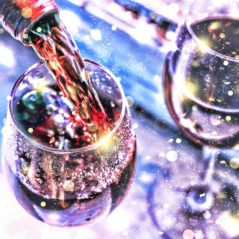Vinho de derramamento Vinho do Natal Natal, neve de queda, flocos de neve dourados Ano novo fotos de stock royalty free