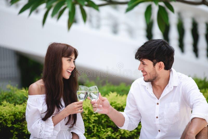 Vinho de fala e bebendo do amante rom?ntico feliz dos pares ao ter um piquenique em casa foto de stock royalty free