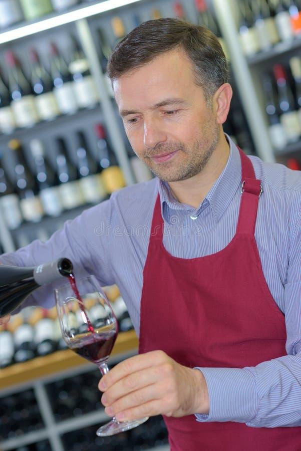 Vinho de vidro vermelho do açougue do Sommelier fotos de stock royalty free