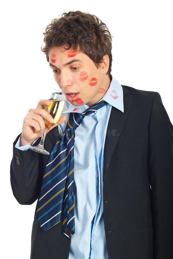 Vinho driniking beijado bêbedo do homem fotografia de stock