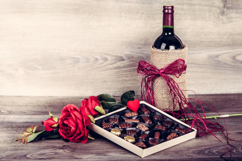 Vinho e caixa dos chocolates fotografia de stock royalty free