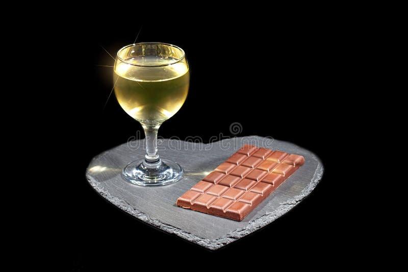 Vinho e chocolate do amor Noite luxuosa dentro com álcool fotos de stock