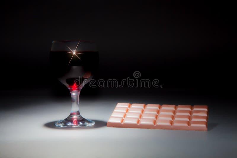 Vinho e chocolate Imagem sonhadora macia de um vidro do vinho tinto e imagens de stock