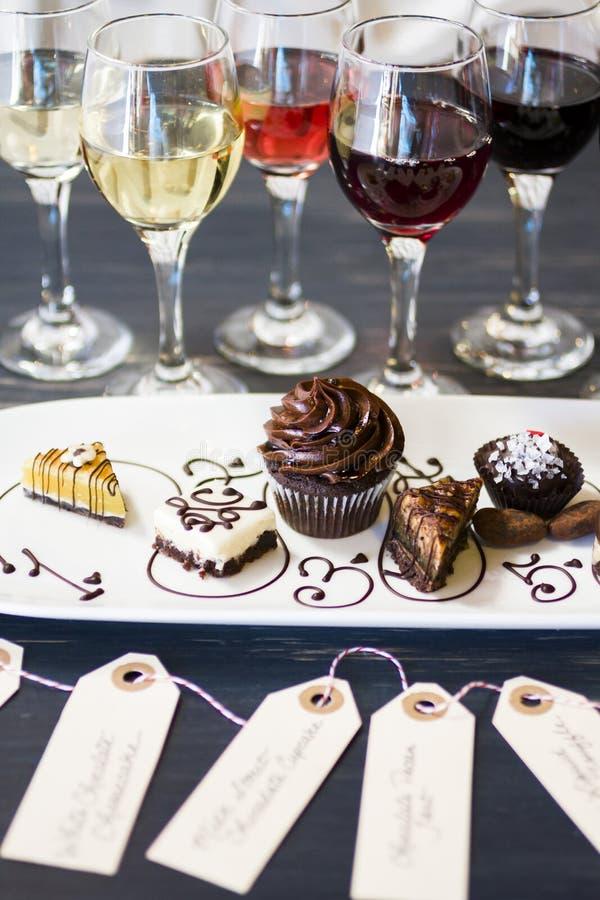 Vinho e chocolates imagens de stock