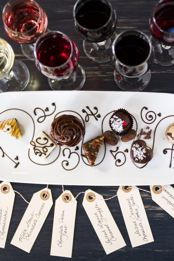 Vinho e chocolates fotografia de stock royalty free