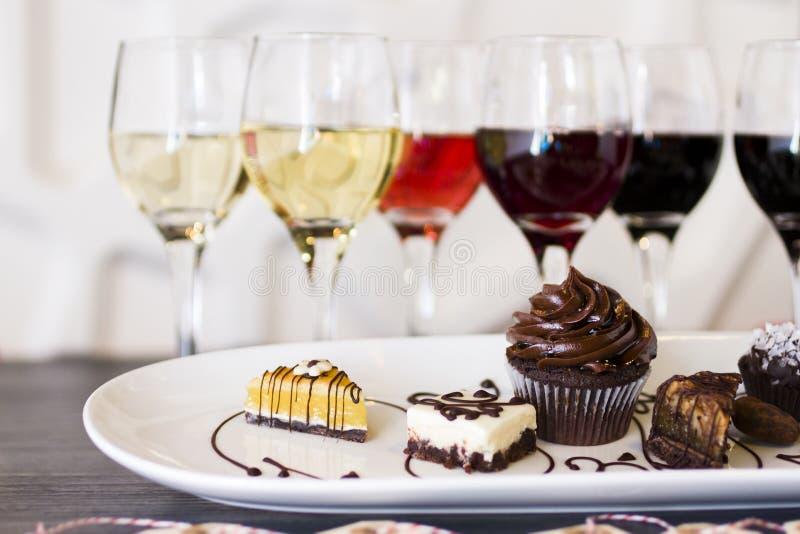 Vinho e chocolates fotos de stock