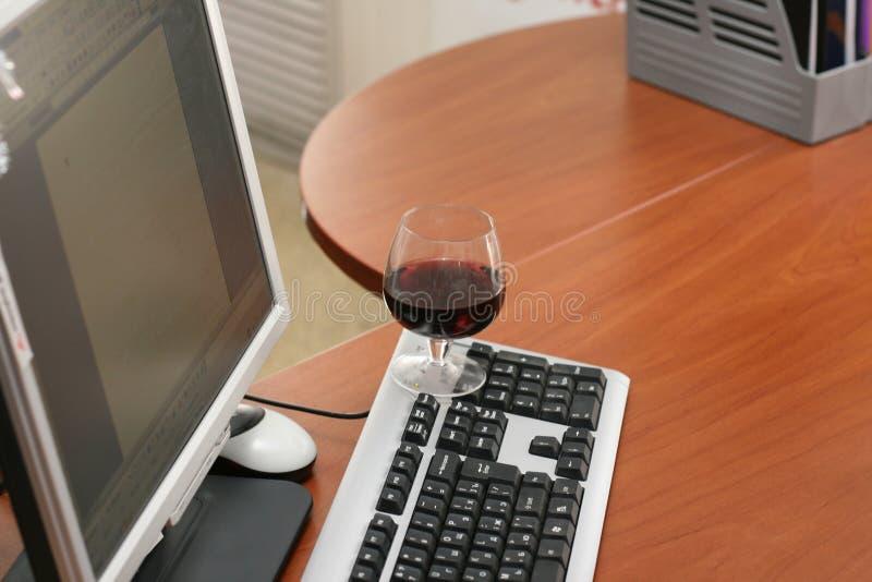 Vinho e computador fotos de stock