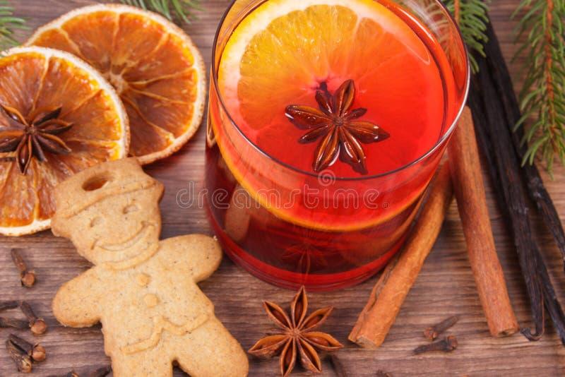 Vinho e pão-de-espécie ferventados com especiarias para o Natal com especiarias e ramos spruce imagem de stock