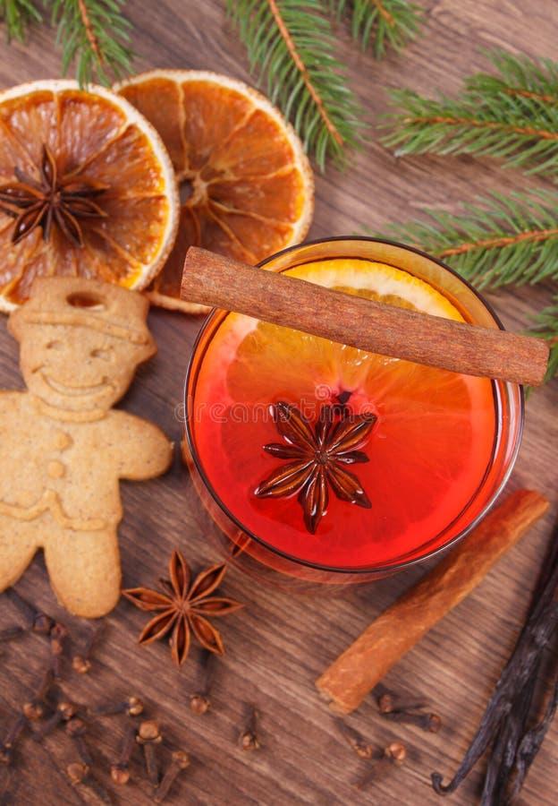 Vinho e pão-de-espécie ferventados com especiarias para o Natal com especiarias e ramos spruce foto de stock