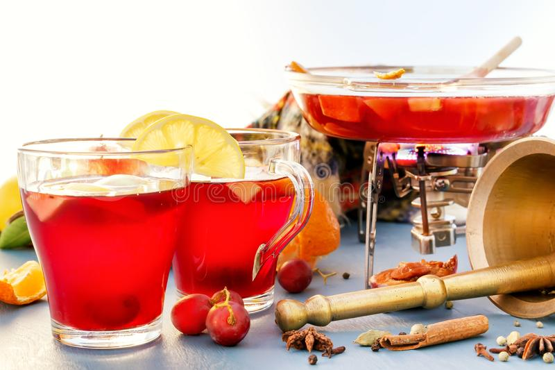 Vinho e perfurador ferventados com especiarias fervura Frascos de vidro com vinho ferventado com especiarias Especiarias, fruto imagem de stock royalty free